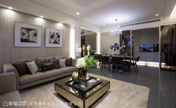 沙发背墙铺贴朴质的壁纸,靠近天花处设置雕花轨道悬挂艺品,为空间注入人文气息。