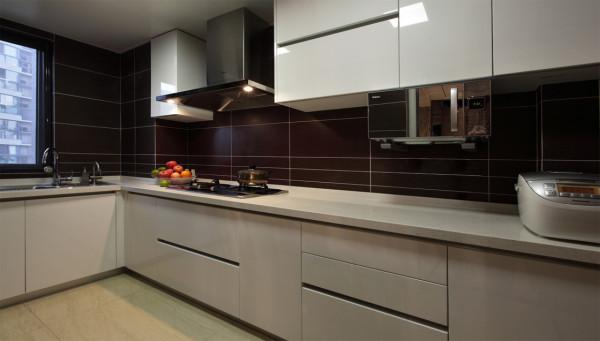 厨房:L型厨房,白色烤漆橱柜,高大上。