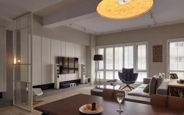 玄关处摆设一面玻璃质地的屏风,成功区隔内外领域,且形塑流动感的室内气息。
