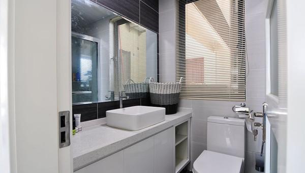 卫生间:大型浴室柜增大储物空间,较大镜面增添空间感。