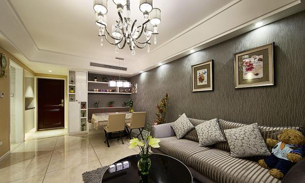客厅:家具和墙纸的搭配。装饰品也是相得益彰。