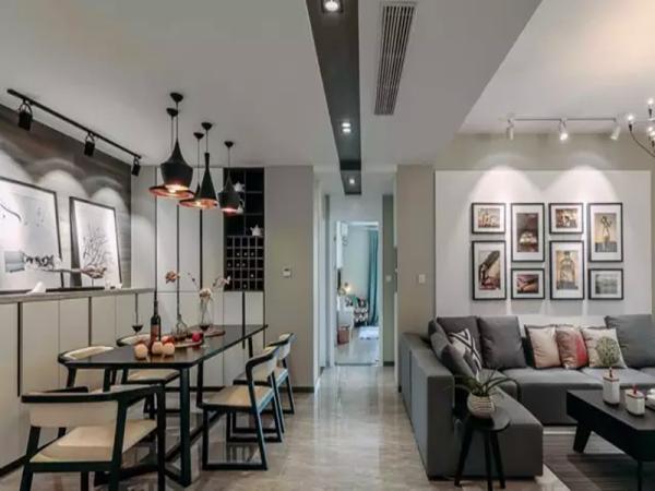 餐厅和客厅以过道相邻,用不同颜色的地砖来区分两个空间。