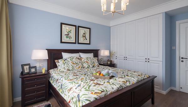 卧室:淡蓝色乳胶漆搭配白色柜面,装饰物的颜色点缀,整体别具特色。