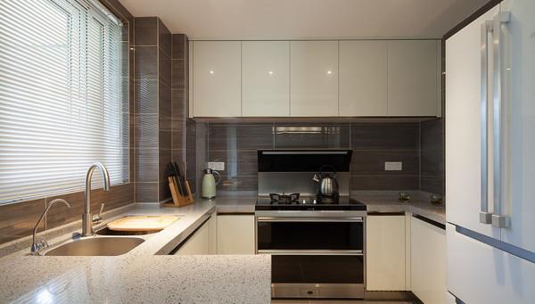 厨房:淡色烤漆橱柜,整洁清亮。