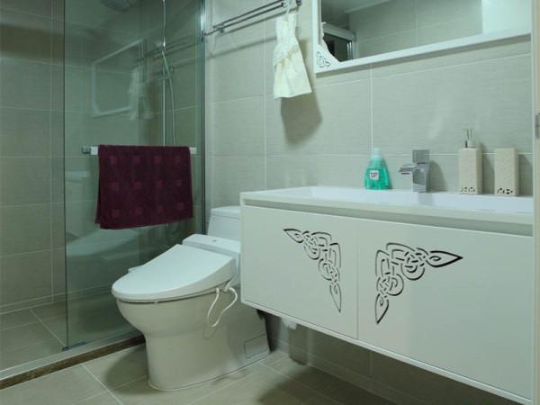 纯白的卫生间,线条上更多反映简单的属性。