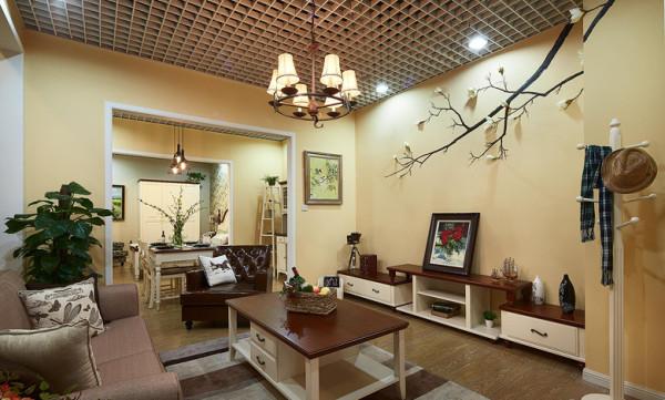 客厅:客厅作为待客区域,一般要求简洁明快,业主喜欢有历史感的东西,这不仅反映在软装摆件上对仿古艺术品的喜爱,同时也反映在装修上对各种仿古墙地砖、总体而言,美式田园风格的客厅是宽敞而富有历史气息的
