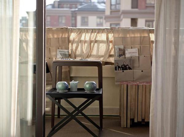 在阳台静静独坐,翻翻书页,看看旧照,在黄昏的和风中感受生活的静好。