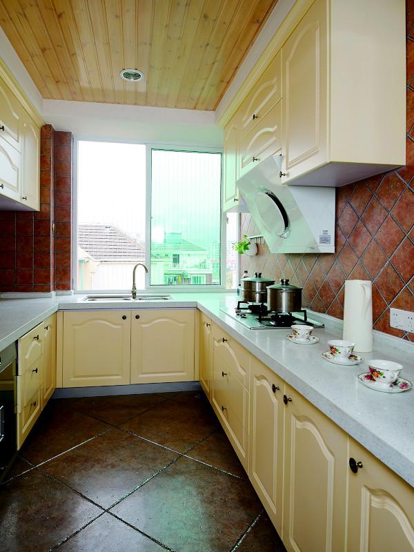 厨房:厨房在人们眼中具备功能强大又简单耐用的厨具设备,如水槽下的残渣粉碎机,烤箱等。需要有容纳双开门冰箱的宽敞位置和足够的操作台面。经济适用耐看就是最最大作用。