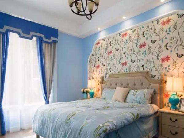 卧室床头背景塑造圆角造型,中间用花鸟壁纸填充。