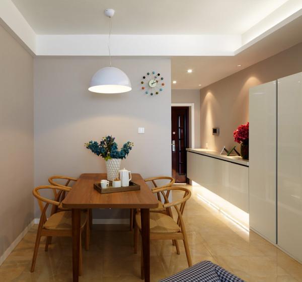 一般室内墙地面及顶棚和家具陈设,乃至灯具器皿等均以简洁的造型、纯洁的质地、精细的工艺