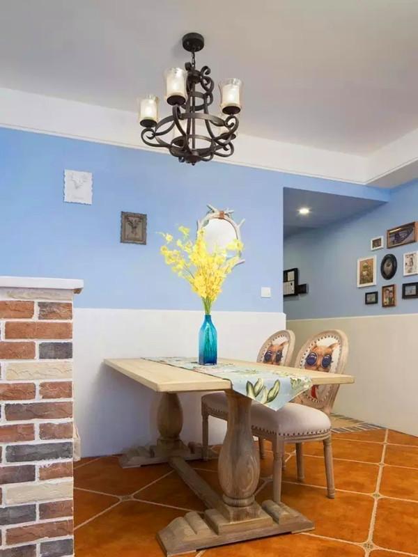 餐厅区用白色的护墙板提升层次感。