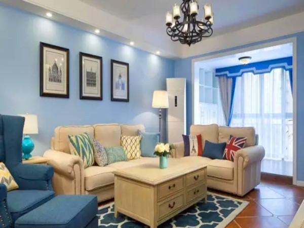 铆钉布艺沙发象牙色和蓝色搭配,一张蓝白花纹的地毯。