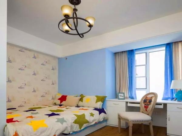儿童房选用童趣的壁纸和床品。