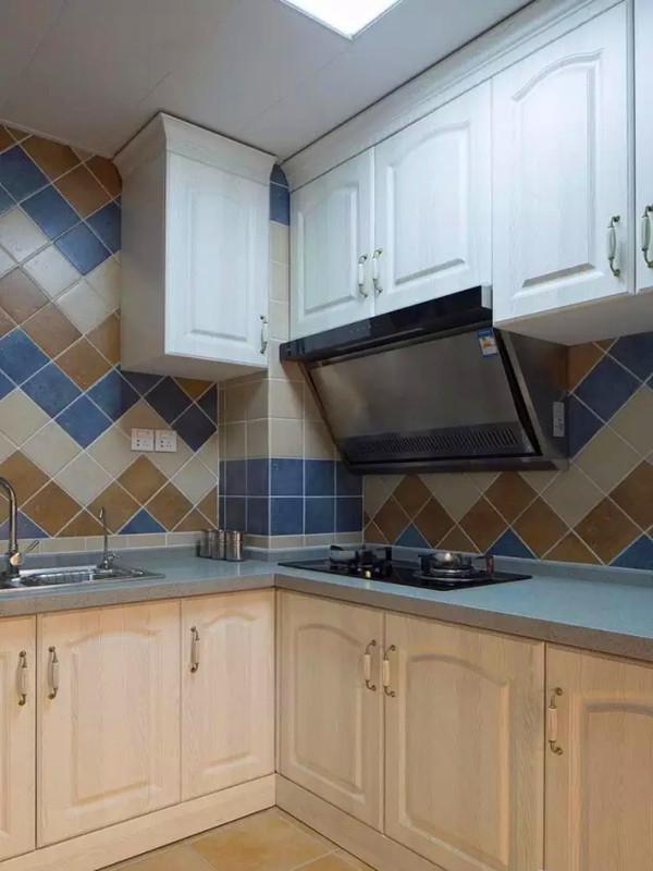 白色木纹模压橱柜配合蓝色调的台面。