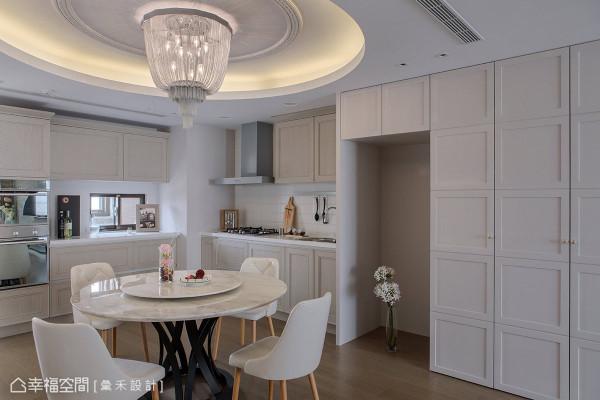 右侧的收纳柜体为鞋柜与餐柜的设计,其优美的线板与利落的线面表现,相当符合屋主夫妻对于设计的想望。
