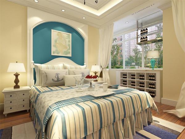 卧室采用的是充满地中海风味的双人大床,两边是温和的床头灯。衣柜放置在窗户的对面。电视墙也是运用了地中海式的蓝色电视墙。