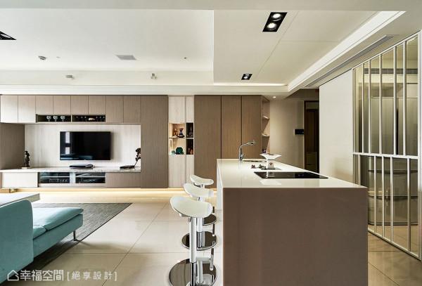 位于客厅与厨房中间的中岛具备简单烹调机能,可在此与
