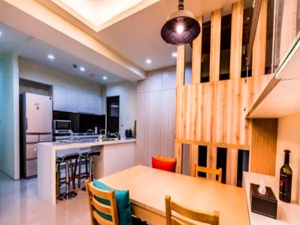 开放式厨房操作台融入吧台功能。