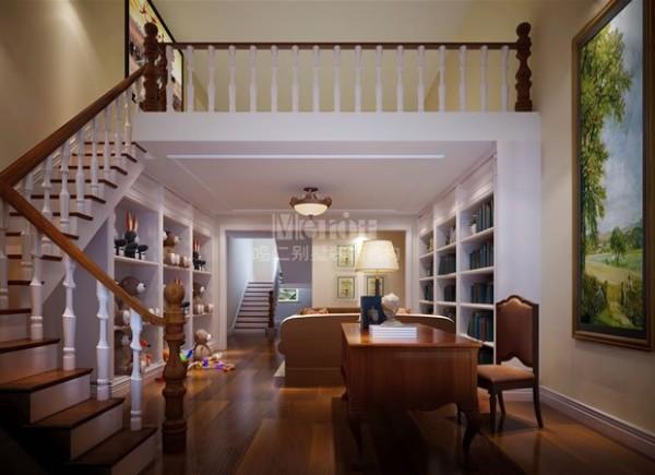 家庭休闲区是共享与私属并存的空间代表。设计师充分的利用房子里的每个区域,在两层楼梯的过渡区改造成家庭室和休息区,将楼梯间打造储物柜,给孩子单独辟出一个玩耍区;