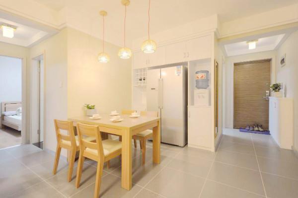日式餐桌来了,根据冰箱做了一排壁柜 。