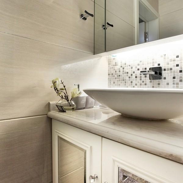 卫生间的洁具选择了高级宾馆常见的感应入墙式龙头,所费不菲却物有所值。