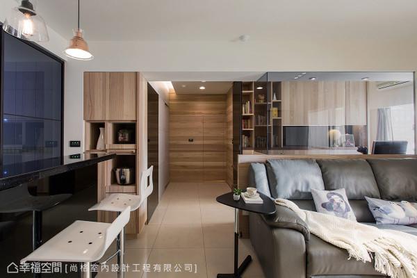 将原有的餐厅空间改造成书房与走廊区,廊道上利用木纹设计隐形门片,达到美化与完整的视觉之效。