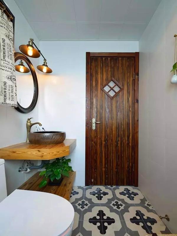 碳烤木质的门,铜质复古的灯具、台盆、龙头。