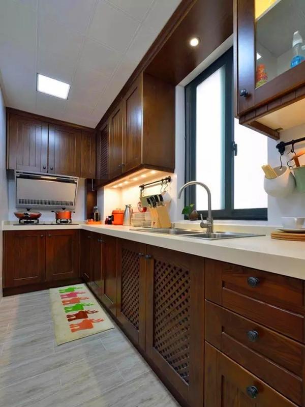 深咖色的实木橱柜,吊柜灯和墙面挂杆非常实用。