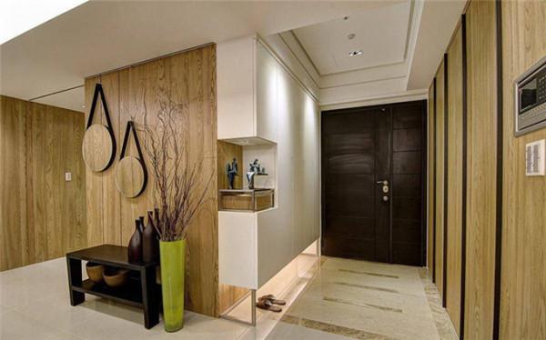 结构柱、总开关箱、鞋柜等多元机能皆整合于木质温润的简约立面里。