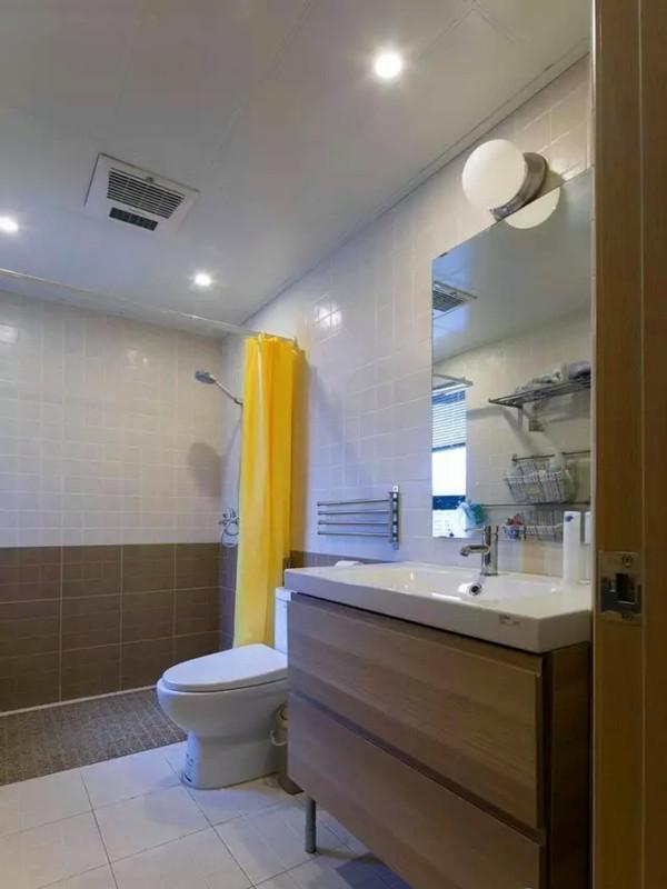 卫生间淋浴地面采用了花岗岩拉槽处理,四周留导水槽,取消了挡水条,浴室柜镜面背后安装了加热膜,不让水蒸气模糊了镜面。