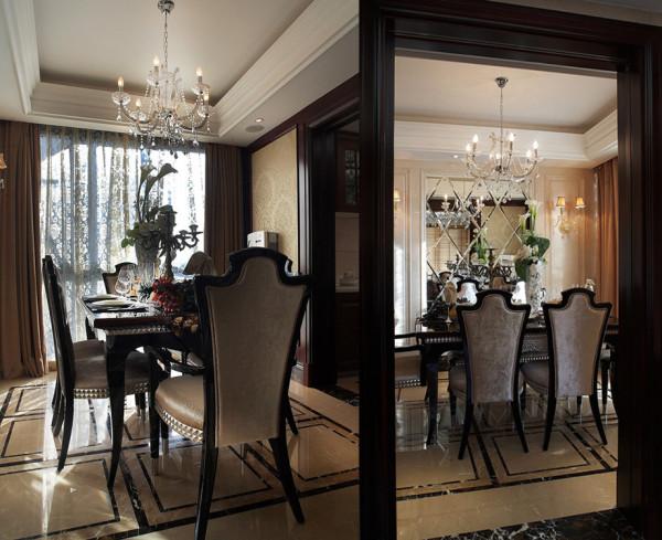优雅的壁灯点缀,欧式餐椅的摆置,落地窗的满满日光洒进,异域风情完美呈现