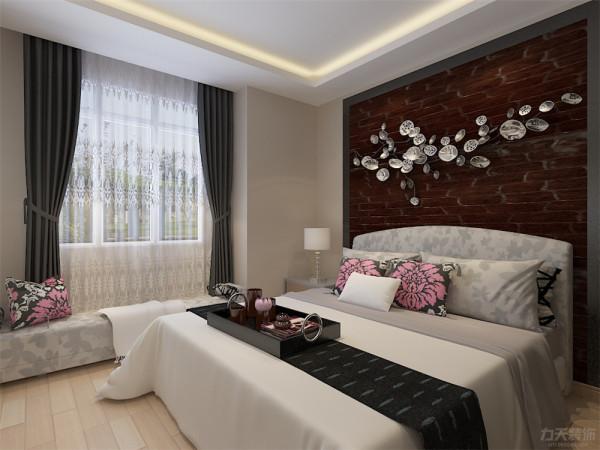 卧室色泽对比鲜明用粉色抱枕点缀其中,在窗户边放置一张小榻增加了业主卧室内私密的交流空间。床头柜、衣柜满足了业主储物空间的需求,整体设计简洁温暖区域结构分明和谐放松。