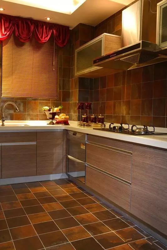 厨房与卫生间浓烈的欧式华丽,考虑到女人主比较喜欢精致浪漫,设计的比较欧式,营造出空间的贵气、而红色的窗帘与花束则演绎出一种桀骜不驯的高傲与艳丽,让整个氛围感觉别致、精巧、时尚、展示得淋漓尽致。