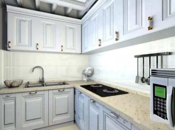 整个厨房采用的是白色系,干净整洁,能在烹饪的时间使心情更加愉悦也利于打扫。橱柜下方的小金属架简单却实用,可以归纳一刀具及其他厨具用品,使一切显得那么的井然有序。