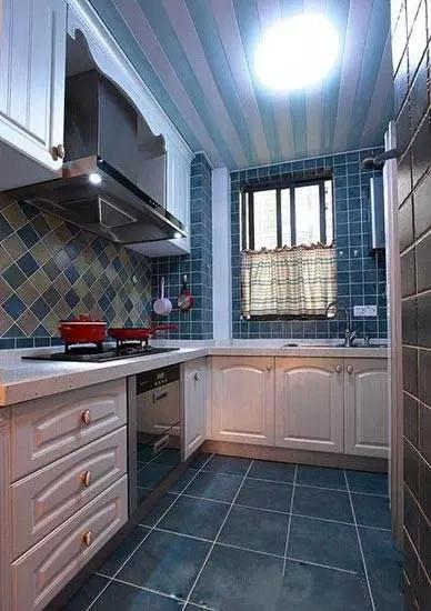 厨房采用了深蓝色的地砖和墙砖,配合房间整体色调的同时,厨房地面也不会总是显得很脏。并做了尽可能多的收纳,以便厨具、食材的存储。同时开放式的结构更是让整个空间显得宽敞而通透,保证了采光。
