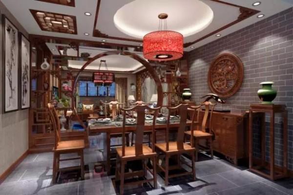 餐厅与客厅以博古架式样的屏风相隔。在典雅庄重、精致奇妙的中式家具中,极具实用性又颇显装饰美感。墙上精细雕刻的镂空木雕装饰画,营造了大气精致的气氛。