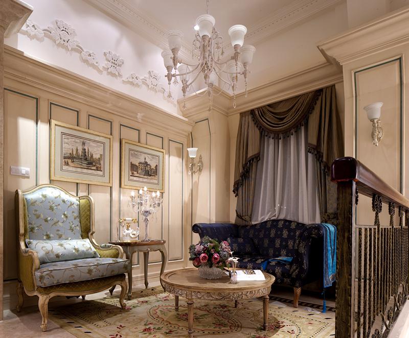 这是一个典型的法式起居室,充满田园风味的地毯和沙发,搭配墙上的油画图片