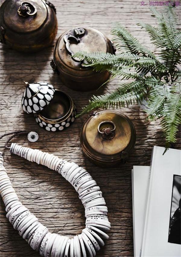 3、粗质藤编+棉麻布艺 以手工编制的天然藤和棉麻质地的粗犷布料最为相宜,若再运用一些带有异域特色的印花,比如伊卡纹、兽纹或是图腾元素,则别有一番味道。