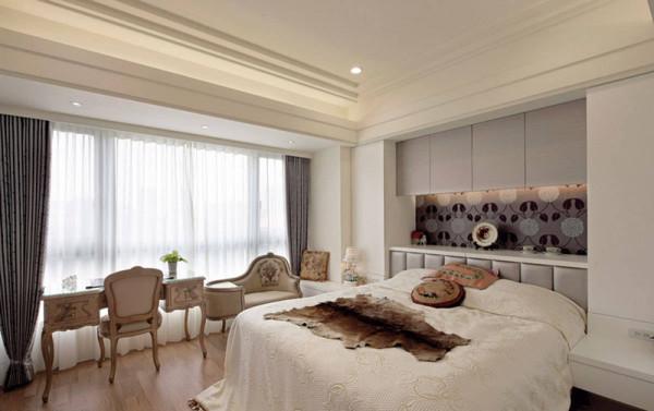 主卧房中安排古典线条家具,挹注些许古典美氛围。