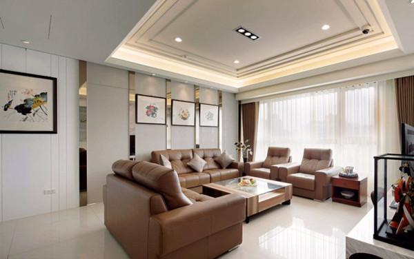 阵列于沙发背墙上的纵向灰镜具有丰富空间层次,以及拉升屋高的双重机能,齐整的墙面线条内并隐藏通往儿子房的门片。