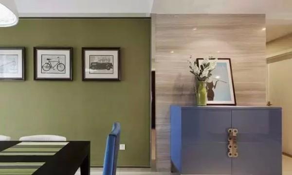 用绿色的背景墙打造的餐厅,在桌上摆放一些鲜花绿植,还担心跟春天不搭调么?