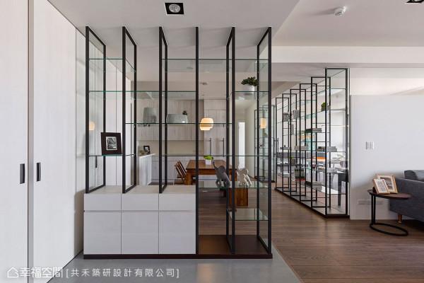 铁件玻璃展示约带来柜隐的遮蔽效果,白色推门内同时设置储藏空间,提升玄关的收纳机能。