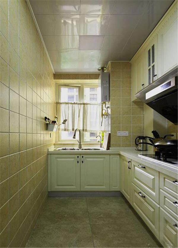白色整体厨柜搭配鹅黄色磁砖显得温馨整洁~