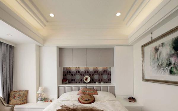 设计师除了利用梁下空间设计悬吊柜收纳与平台展示机能,另在与床头桌一体成形规划的立面两侧,隐藏收纳机能。