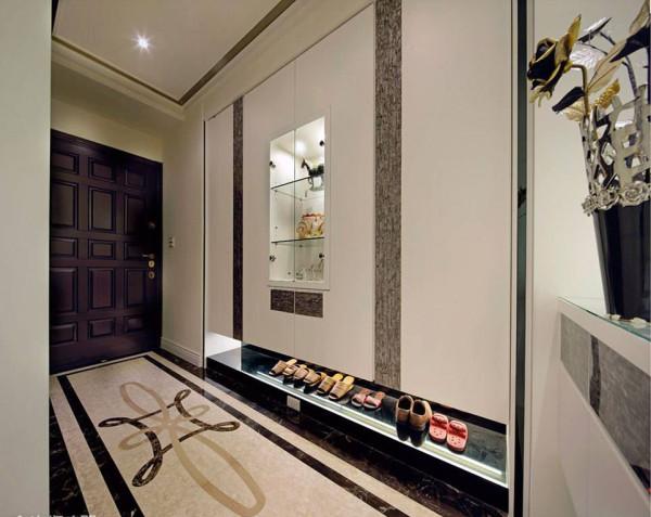 悬空规划的大面柜体结合光源修饰量体,并结合订制贝壳板饰带,与内嵌展示柜体,在入门段落架构走道艺廊。