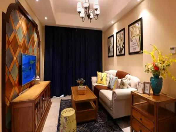 仿古砖铺地,咖啡色美式实木家具搭配灰色铆钉布艺沙发。