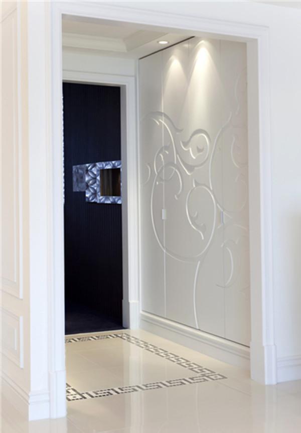 玄关柜组的存在感被大幅雕刻花纹减弱、只留整体感,设计师又仅以地砖花纹示意空间区域,讲真,简约就是美观。