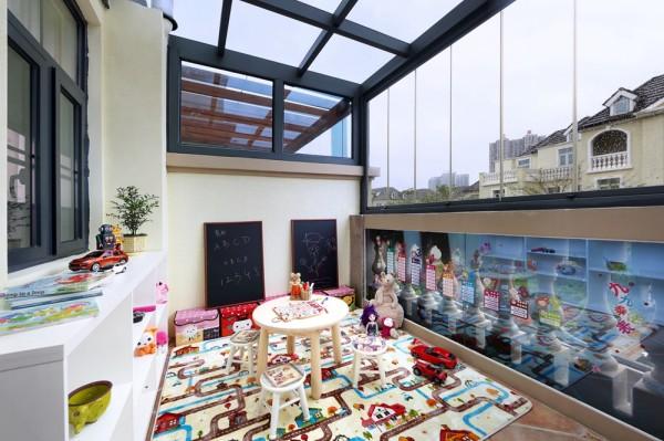 原来的阳台搭建阳光房作为小伙伴们的游乐园,软垫防摔、黑板可乱画、边柜可收纳