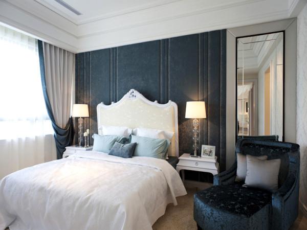 平整的黑色床头软包,既有硬包的简约时尚感,又能有软包的隔音、防撞功能。