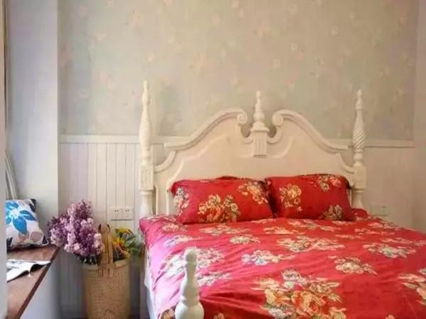 主卧床头一半壁纸一半护墙板。